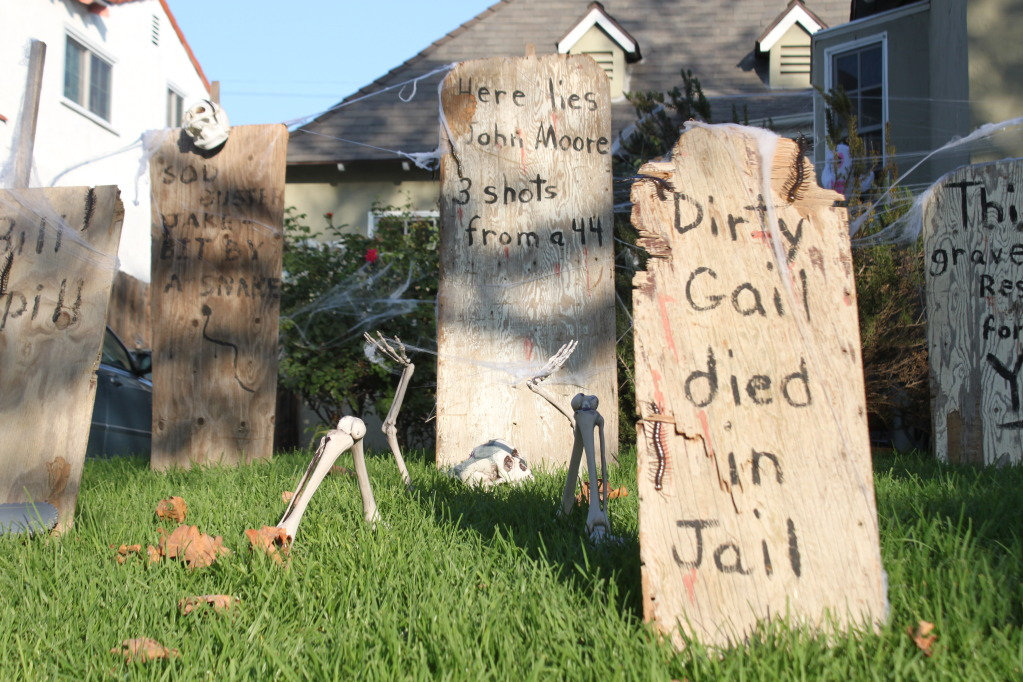Haunted Front Yard Ideas Part - 15: The Easiest Halloween Decoration: Old West Haunted Graveyard