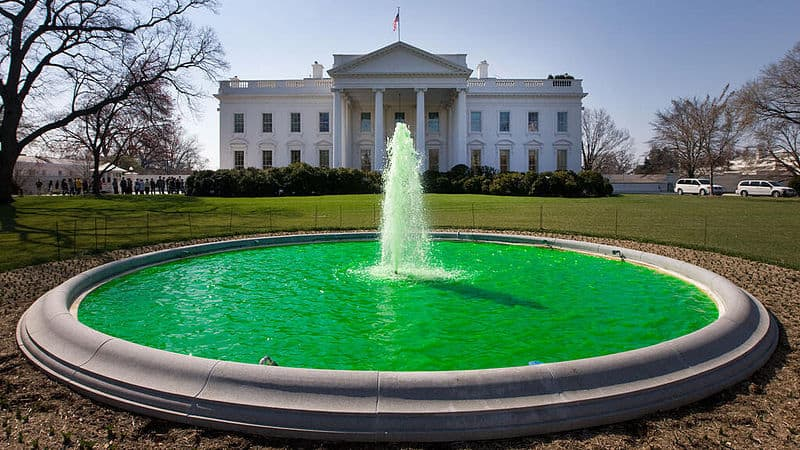 800px-White_House_fountain_dyed_green_for_Saint_Patrick's_Day_2011